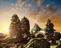 堆在日落的岩石石头在背景马塔角中 库存图片