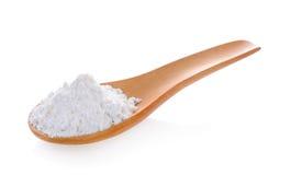 堆在木匙子的白色小麦面粉 库存照片