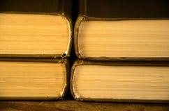 堆在木桌上的书 库存图片