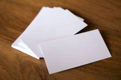 堆在木桌上的名片 免版税库存照片