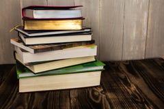 堆在木背景的书 免版税库存照片