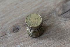 堆在木背景的十枚欧分硬币 免版税图库摄影
