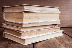 堆在木背景的旧书 免版税库存图片