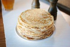 堆在板材的俄国薄煎饼在餐馆 免版税库存图片