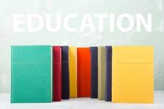 堆在架子和绿色背景的老色的书与文本& x22; Education& x22; 免版税库存图片
