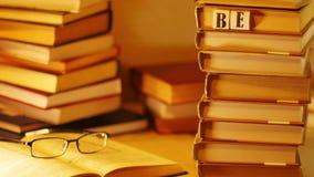 堆在桌上的书 在与玻璃的开放书附近出版题字畅销书 停止运动 影视素材