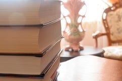 堆在桌上的书 库存照片