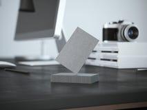 堆在桌上的名片与计算机 库存图片