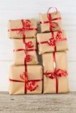 堆在桌上的圣诞节礼物 库存照片