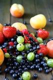 堆在桌上的新鲜的莓果 库存照片