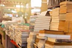 堆在桌上的旧书 库存图片