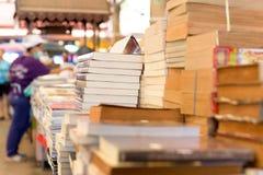 堆在桌上的旧书 免版税图库摄影