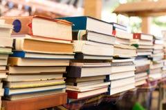 堆在桌上的旧书 免版税库存图片