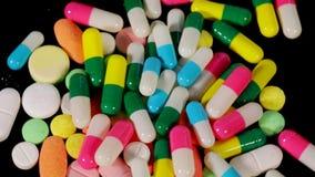 堆在桌上的药物 影视素材