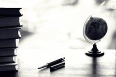 堆在桌上的课本 图库摄影