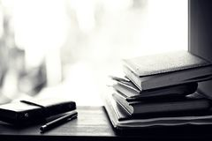 堆在桌上的课本 库存照片