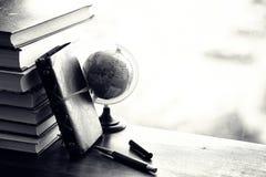 堆在桌上的课本 免版税库存图片