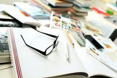 堆在桌面上的书 库存图片