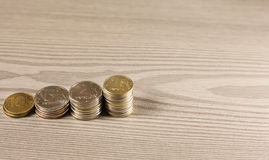 堆在梯子形状的硬币  免版税库存图片