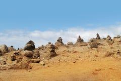 堆在沙子沙漠的石头 免版税库存照片