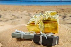 堆在海滩的圣诞节礼物 免版税库存图片