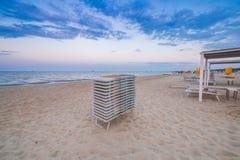 堆在海滩的太阳懒人 图库摄影