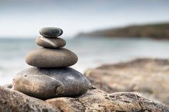 堆在海滩的光滑的石头 免版税库存图片