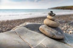 堆在海滩的光滑的石头 库存图片