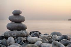 堆在海滨的圆的光滑的石头 免版税库存图片