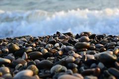堆在海滨的湿小卵石 免版税图库摄影