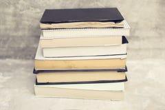 堆在混凝土墙背景的书 免版税图库摄影
