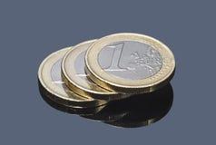 堆在灰色背景的欧洲硬币 库存照片