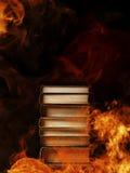 堆在灼烧的火的书 免版税库存图片