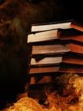 堆在灼烧的火的书 免版税图库摄影