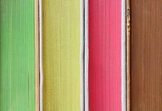 堆在特写镜头细节的五颜六色的书 免版税库存图片