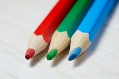 堆在白色桌上的色的铅笔 免版税库存图片
