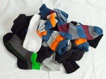 堆在白色的未分类的袜子 免版税库存图片
