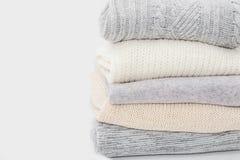 堆在白色的毛线衣 库存图片