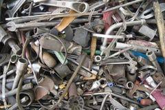 堆在白色背景的废金属 库存图片