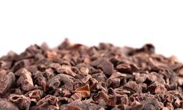 堆在白色背景的未加工的巧克力鸟嘴 免版税库存图片