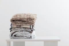 堆在白色背景的毯子 免版税库存图片