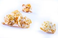 堆在白色背景的焦糖玉米花 免版税库存图片