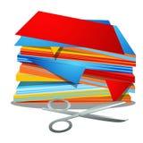 堆在白色背景隔绝的彩纸和办公室剪刀 传染媒介动画片特写镜头例证 免版税库存照片