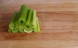 堆在砧板的芹菜茎 免版税库存照片