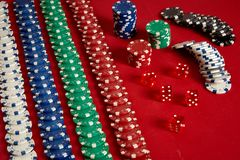 堆在红色背景的纸牌筹码在赌博娱乐场 免版税库存图片