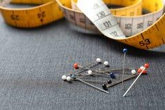 堆在织品,特写镜头的别针 免版税库存照片