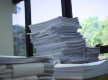 堆在老师桌上的文件 库存照片