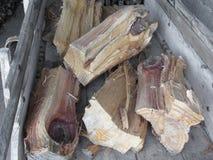 堆在老木推车的不规则地切好的木柴 免版税库存照片