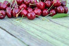堆在老木桌上的红色成熟快活的樱桃 特写镜头非常eyedroppers高分辨率视图 库存图片