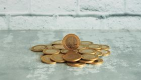 堆在老背景储蓄照片的土耳其里拉的硬币 免版税库存图片